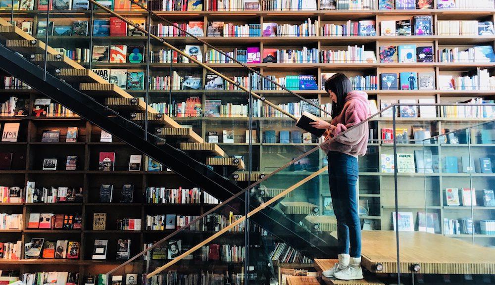 一整天都嫌不夠!大阪蔦屋書店「枚方T-SITE」琳瑯滿目書牆 現代複合商場