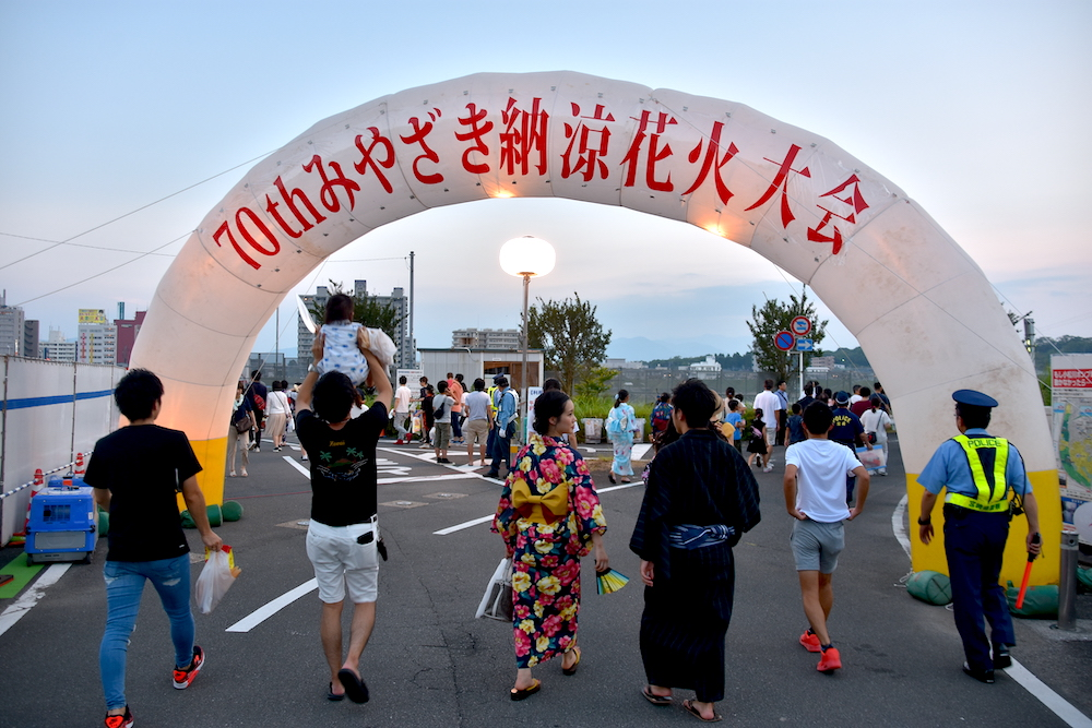 九州夏日祭典!「宮崎納涼花火大會」大淀川沿岸10,000發照亮夜空