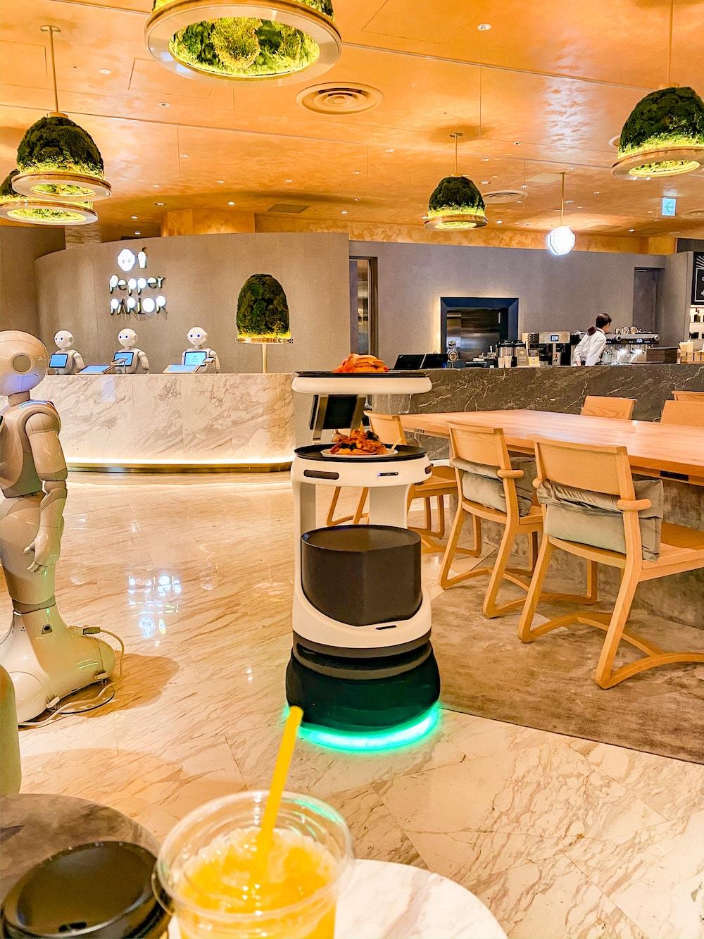 機器人咖啡廳「Pepper PARLOR」內前來送餐的機器人