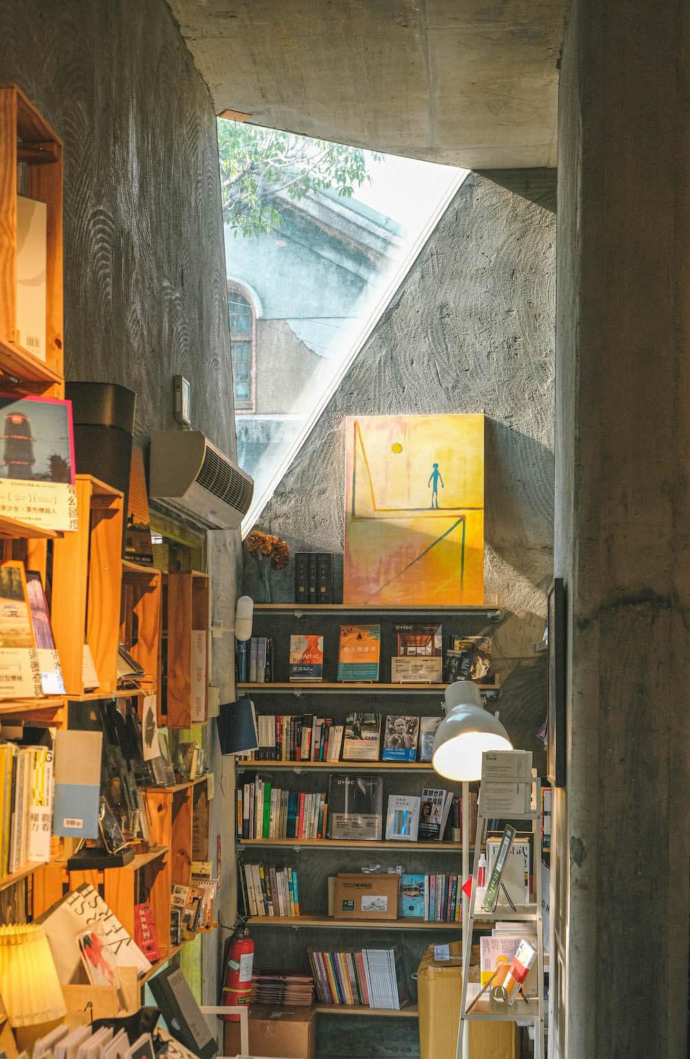 青鳥 Bleu&Book:華山秘密花園複合式書店咖啡廳,清水模搭配木系書櫃打造優雅空間